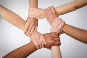 Люди держаться за руки