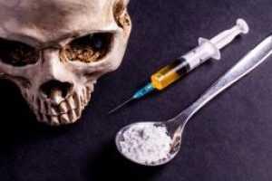 Наркотики со шприцом на столе