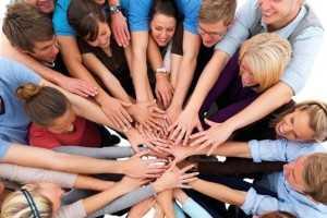 Группа людей держаться за руки