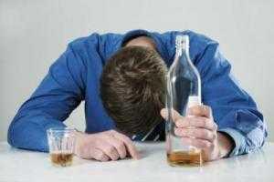 Алкоголик с бутылкой