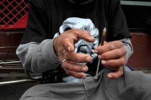 Наркоман со шприцом