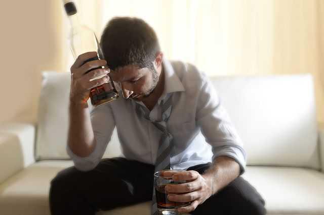 зависимый от алкоголя