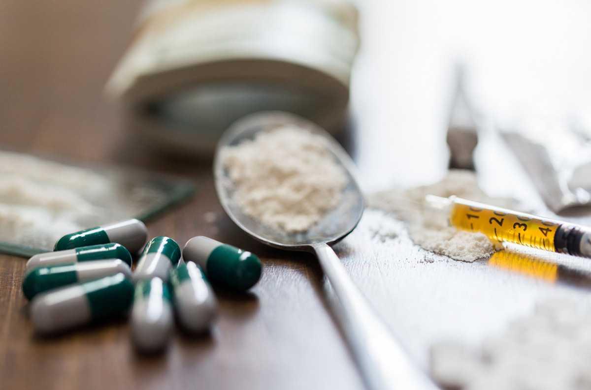 Различные наркотические вещества на столе