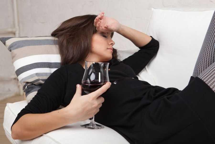 пьяная девушка со стаканом алкоголя