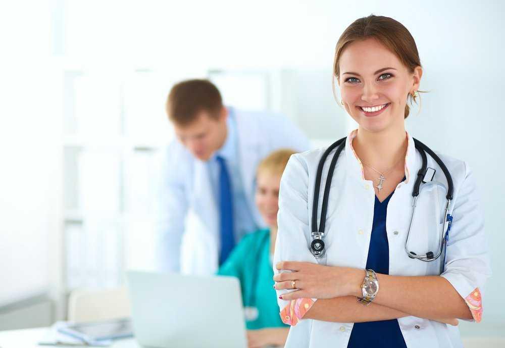 Доктор в белом халате со стетоскопом
