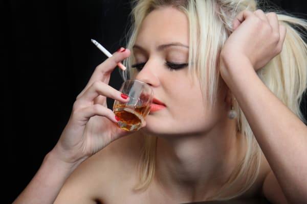 пьющая женщина с рюмкой и сигаретой