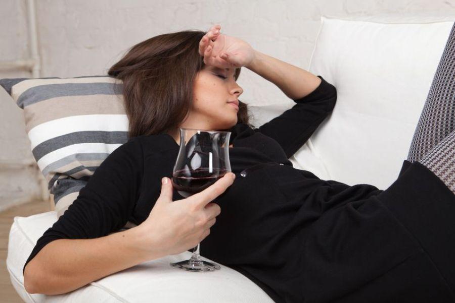 пьяная девушка с бокалом
